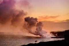 Лава лить в океан создавая огромный ядовитый шлейф дыма на вулкане ` s Kilauea Гаваи, большом острове Гаваи стоковое изображение