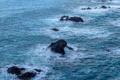 Лава, который замерли на океанском дне и вставлять вне из-под воды Стоковое фото RF