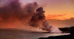 Лава лить в океан создавая огромный ядовитый шлейф дыма на вулкане ` s Kilauea Гаваи, вулканах национальном парке, Гаваи стоковое изображение