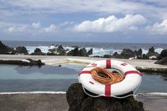 Лава складывает комплекс бассейна, кольцо вместе Порту Moniz, Мадейры, Португалии, красных и белых спасения Стоковые Фото