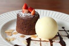 Лава шоколада и мороженое и клубника ванили Стоковая Фотография