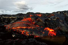 Лавовый поток и облака Гаваи Kilauea стоковые изображения rf
