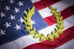 Лавровый венок на натюрморте американского флага Стоковое Изображение