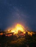 Лагерный костер в ноче Стоковое Изображение RF