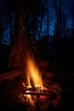 Лагерный костер и искры против голубого неба ночи Стоковое фото RF