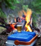 Лагерный костер и cum пиво стоковая фотография rf