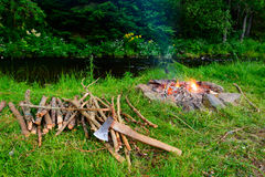 Лагерный костер на банке реки Стоковая Фотография RF