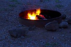 Лагерный костер на ноче лета Стоковые Изображения RF