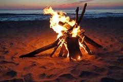 Лагерный костер на пляже Стоковое фото RF