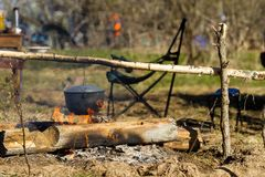 Лагерный костер с варя баком Стоковая Фотография