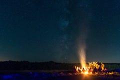 Лагерный костер с звёздной предпосылкой Стоковое фото RF