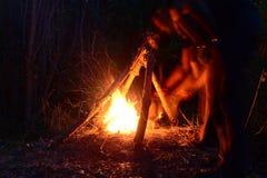 Лагерный костер человека дуя Стоковая Фотография RF