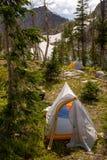 Лагерь высокой горы с шатрами и снегом Стоковая Фотография
