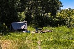 Лагерь в forestr лета Стоковые Изображения