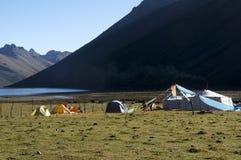 Лагерь кочевника и берег озера туристов Стоковые Изображения