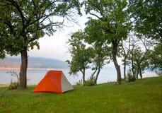 Лагерь рекой Стоковое Фото