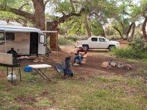 Лагерь трейлера в оазисе пустыни стоковое изображение rf