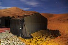 Лагерь шатра кочевника на ноче для туриста в пустыне Chebbi эрга, Moroc Стоковые Фотографии RF
