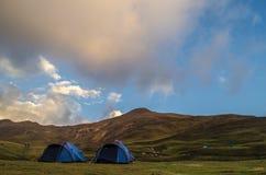 Лагеря на Bedni Bugyal - треке Roopkund Стоковая Фотография