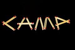 ` Лагеря ` сказало по буквам с спичками, от стороны Стоковое фото RF