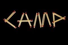 ` Лагеря ` сказало по буквам с спичками, сверху Стоковые Фото