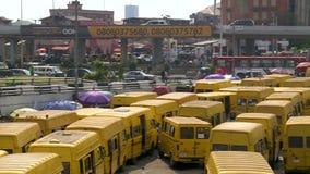 Лагос, Нигерия - 16-ое июля 2016: Желтые такси Лагоса иконически города сток-видео