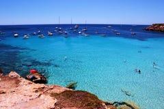Лагуна бирюзы около пляжа Cala Azzura стоковые изображения