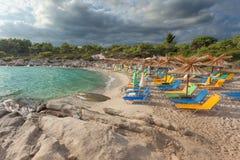Лагуна бирюзы с deckchairs на песчаном пляже Стоковые Фото