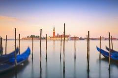 Лагуна Венеции, церковь Сан Giorgio, гондолы и поляки Италия стоковые изображения
