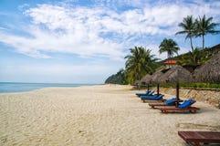 Ладони и sunbeds песка троповые Самые лучшие пляжные комплексы Kuantan Роскошные каникулы на кристалле - чистых водах и древних п стоковое изображение rf