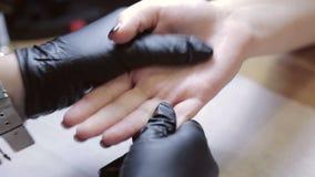 Ладони массажа в салоне красоты Masseur медленно массажирует ладони клиента сток-видео