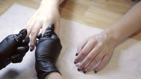Ладони массажа в салоне красоты Masseur медленно массажирует ладони клиента видеоматериал
