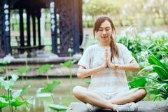 Ладони руки девушки предназначенные для подростков совместно на затишье силы yang yin практики комода мирном Стоковые Фотографии RF