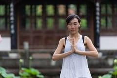 Ладони руки китайской девушки предназначенные для подростков совместно на комоде Стоковые Изображения RF