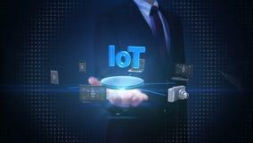 Ладонь бизнесмена открытая, приборы соединяя технологию IoT, искусственный интеллект Интернет вещей