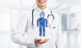 Ладонь доктора женщины показывая диаграмму сделанную механизма шестерни как символ для организации собственной личности Стоковая Фотография