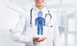 Ладонь доктора женщины показывая диаграмму сделанную механизма шестерни как символ для организации собственной личности Стоковое фото RF