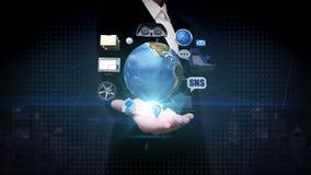 Ладонь коммерсантки открытая, вращая земля, автомобиль соединяет технологию используя gps социальные сетевые услуги, информация