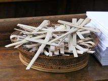 Ладонь пересекает в плетеную корзину для случая ладони воскресенья стоковые фото