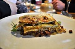 Лазанья в Мюнхене, итальянской кухне служила в Германии стоковое фото rf