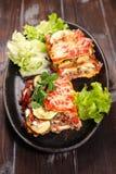 Лазанья и салат Стоковое Изображение RF