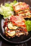 Лазанья и салат Стоковые Изображения