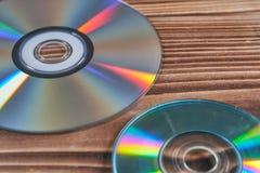 Лазерные диски на деревянном столе стоковое изображение