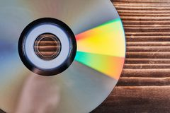 Лазерные диски на деревянном столе стоковое фото
