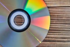 Лазерные диски на деревянном столе стоковое фото rf