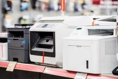 Лазерные принтеры Fiew в магазине электрического счетнорешающего устройства стоковые фотографии rf