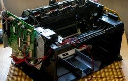 Лазерный принтер демонтированный с проводами и материнской платой Стоковая Фотография RF