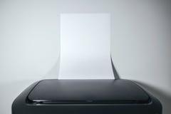 Лазерный принтер настольного компьютера офиса с чистым листом бумаги как космос экземпляра Стоковое Изображение