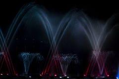 Лазер занавеса воды фонтана музыки светлый в ночи стоковые фотографии rf