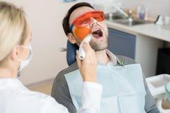 Лазер обрабатывая в клинике зубоврачевания стоковые изображения
